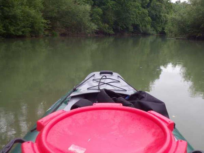 Vue sur le canoë sur l'aisne