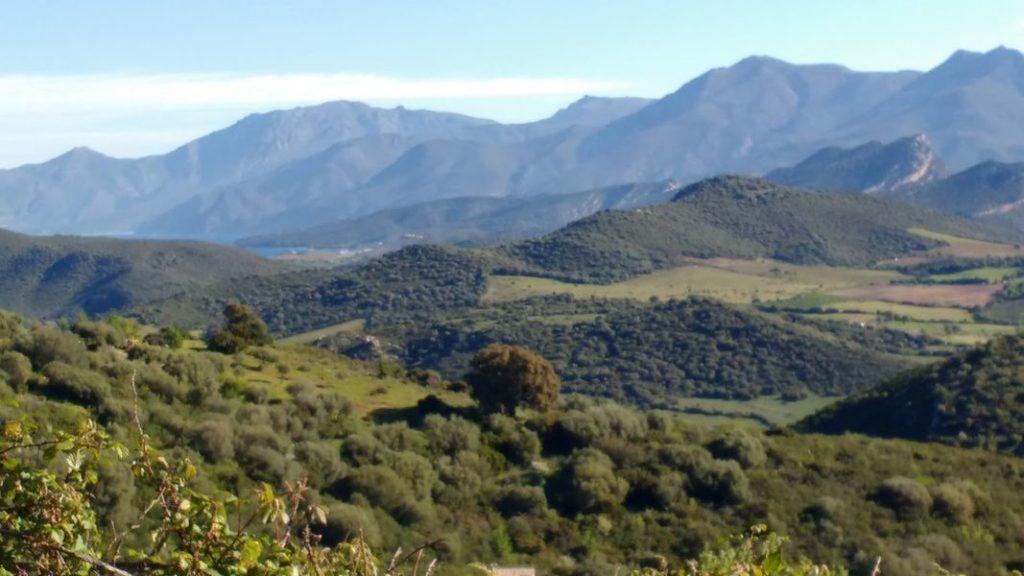 Photo de la vue sur les montagnes corses depuis le site de Rapale