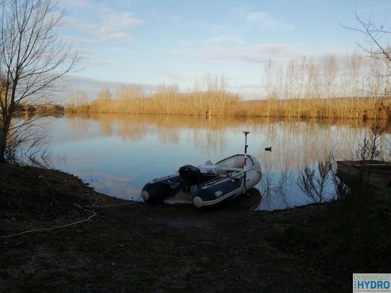 Photo de notre bateau pneumatique devant la gravière pour la réalisation de la bathymétrie