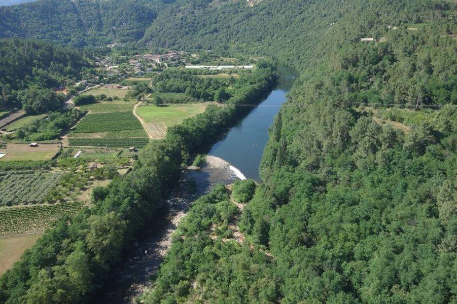 Vue par drone du seuil de du canal du Plot sur le Chassezac en Ardèche