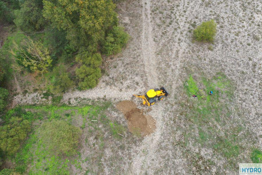 Image (prise depuis notre drone MAVICPRO2) d'une pelleteuse réalisant un sondage dans le sol