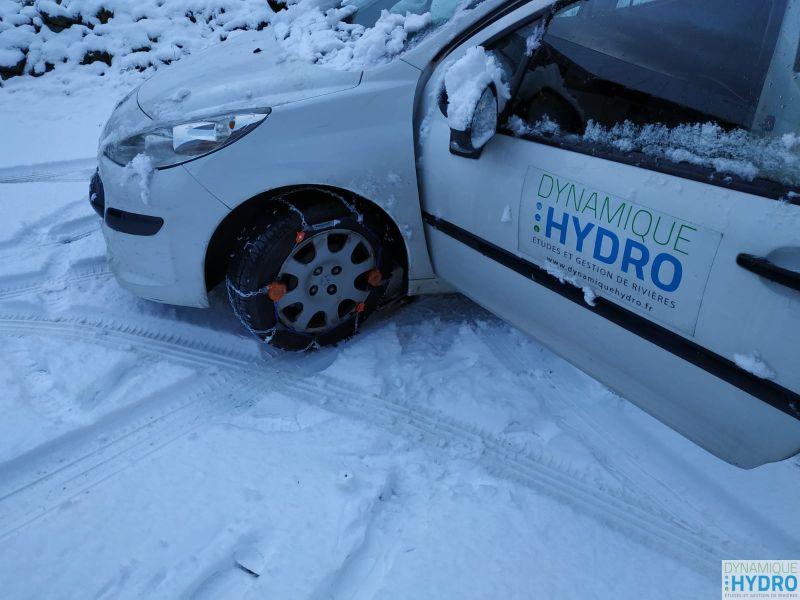 Notre voiture dans la neige avec des chaines sur les pneus : terrain par tous temps chez Dynamique Hydro