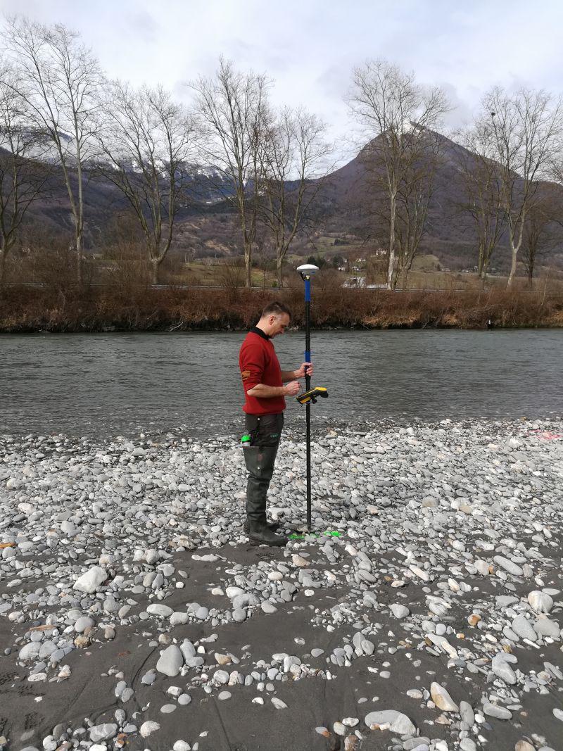 Suivi morphologique : Loïc réalise un levé topographique avec notre GPS Trimble Géo7x sur un banc de l'Isère.