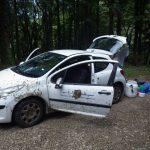 Notre Peugeot 207 qui s'est embourbée sur un chemin de terre