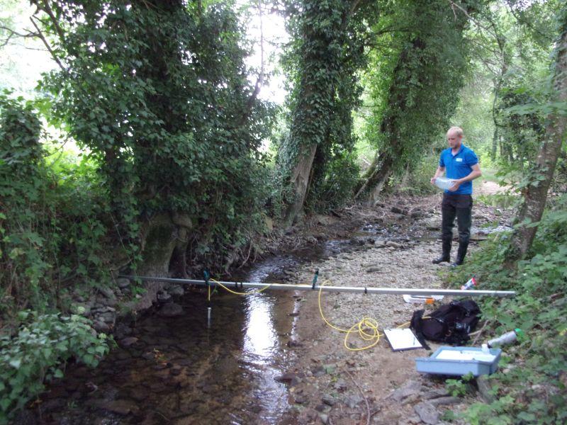 Ecomorphologie : Charles procède à un jaugeage chimique sur un des cours d'eau du bassin versant étudié