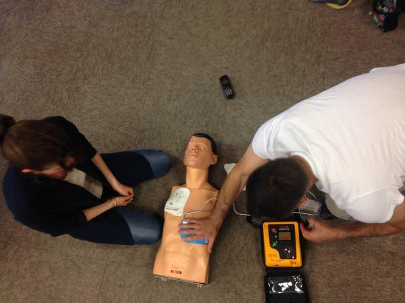 Loïc équipe un mannequin d'un défibrillateur