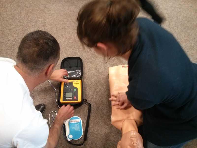 Alexia et Loïc aprennent le massage cardiaque sur un manequin