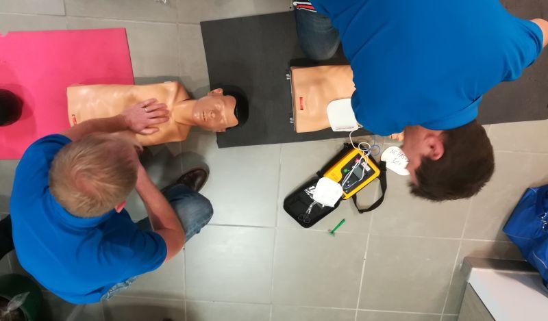 Photo du du dessus de 2 personnes en mise en situation de RCP (massage cardiaque) lors de notre formation SST (sauveteur secouriste du travail)