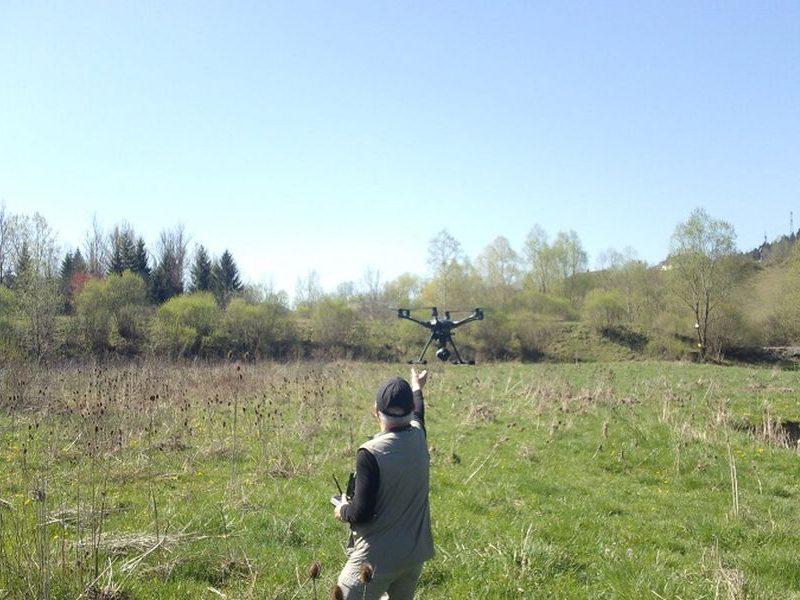 Suivi post-travaux : le pilote qui lance le drône pour une prise de vue du Lange dans l'Ain