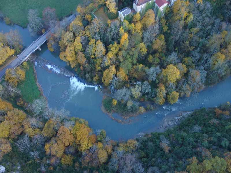 Vue en drone du seuil de Chateauvieux sur le Suran