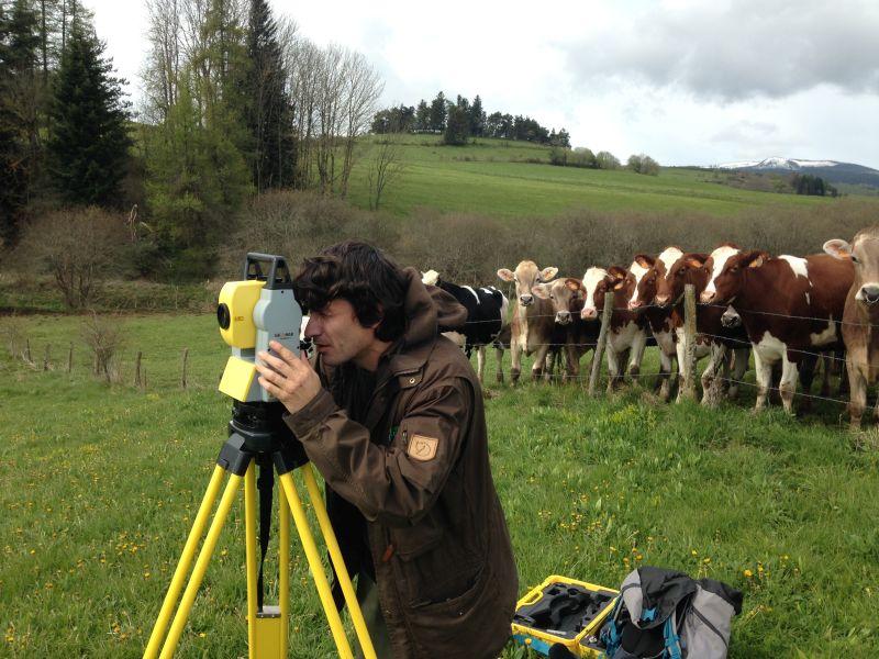 Topographie : Benoît réalise un relevé topographique avec la station totale Géomax - Zipp 20 sur la Veyre. Les voisines les vaches sont venues l'observer.