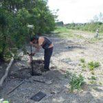 AGLY - Renaturation : Loïc prend un point GPS du point d'inflexion de la chaine d'érosion