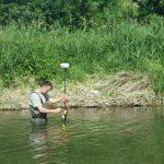 AGLY - Renaturation : Loïc prend un point GPS dans le lit du fleuve