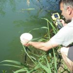 AGLY - Renaturation : Loïc prend un point GPS en bord de berge du fleuve.