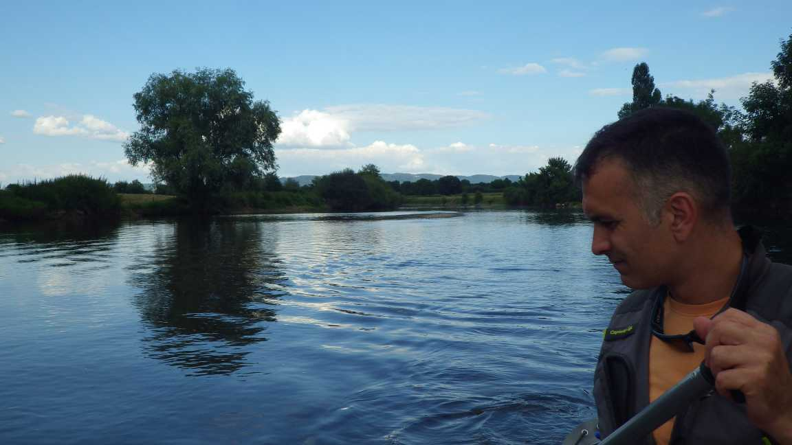Hydrodynamique - Loïc rame à bord du canoë deux places gonflable sur la rivière Arroux