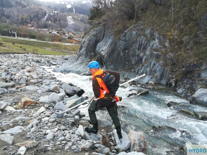 Recherche de transpondeurs passifs intégrés (PIT) à l'aide d'une antenne, sur la rivière Arve, dans le cadre du suivi morphologique du barrage des Houches.