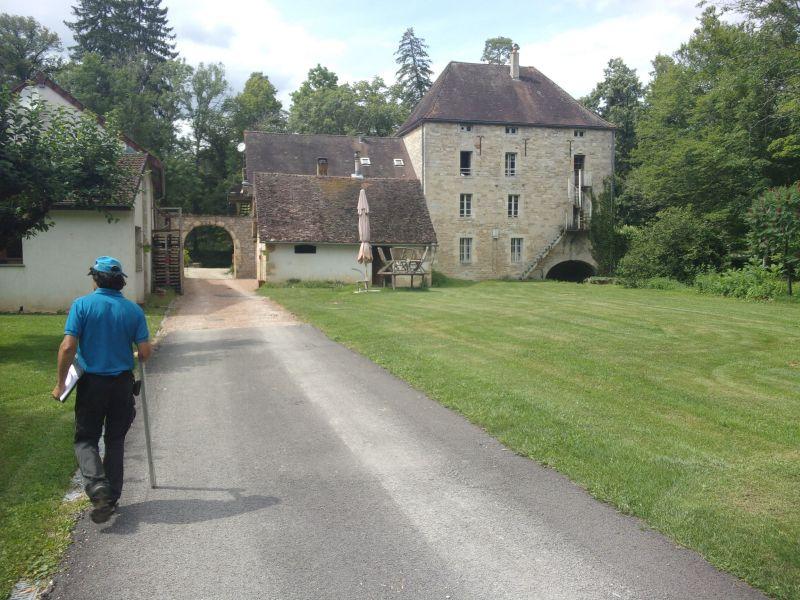 Benoît s'apprête à entrer dans le domaine (hôtel) que parcourt la rivière Arvo