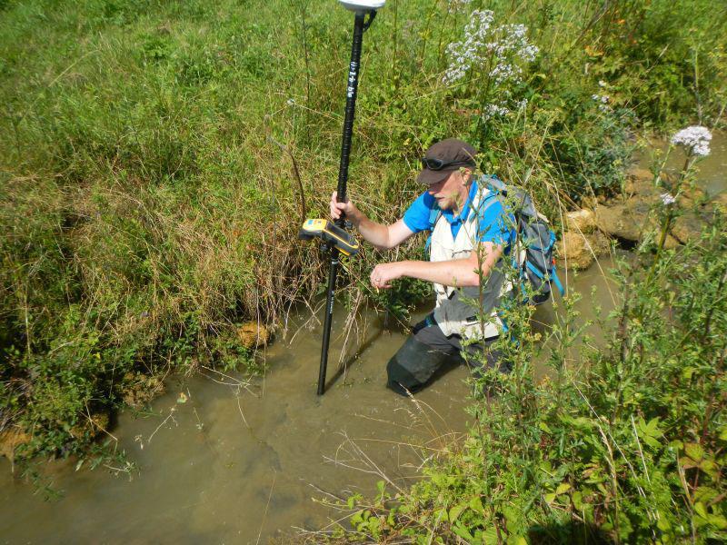 Charles MONNERET réalise un point topographique au GPS Trimble GEO7X centimétrique