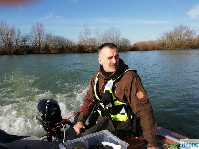 Photo de notre collaborateur Loïc sur le bateau pneumatique réalisant la bathymétrie du lac