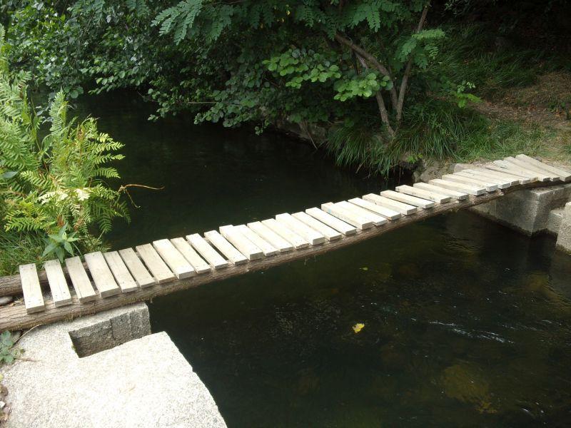 Une petite passerelle en bois au dessus de la Beaume