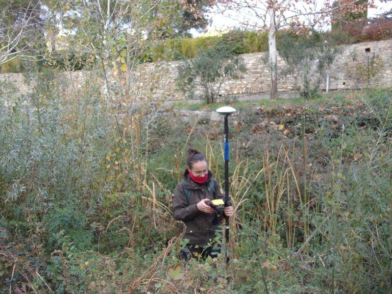 Photo d'Anaïs Giraud prenant des points GPS au Trimble Geo7x centimétrique.