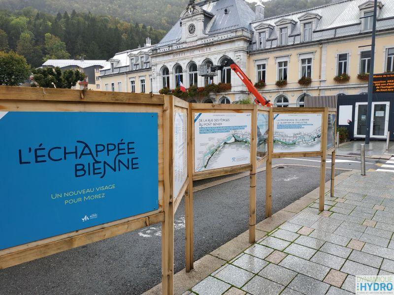 Vue des panneaux de communication et concertation auprès de la population du projet urbain et geomorphologique l'échappée Bienne