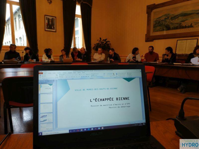 Réunion de lancement : projet urbain l'échappée Bienne, photo de la réunion en mairie, avec vue sur un ordinateur et en second plan, les élues et techniciennes invitées au COPIL