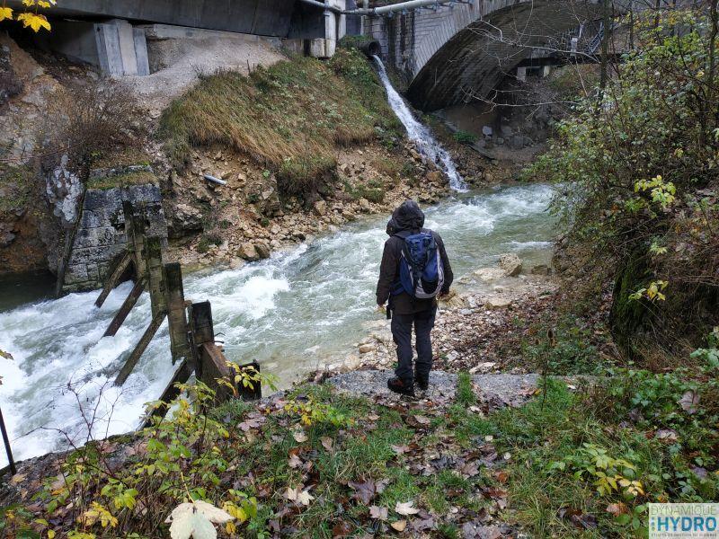 Benoît Fourcade réalise les observations du cours d'eau necessaires à la modélisation hydraulique