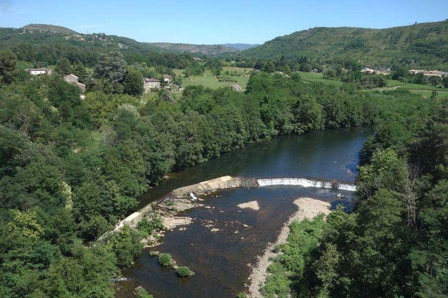 Vue par drone du seuil de Vompdes sur le Chassezac en Ardèche