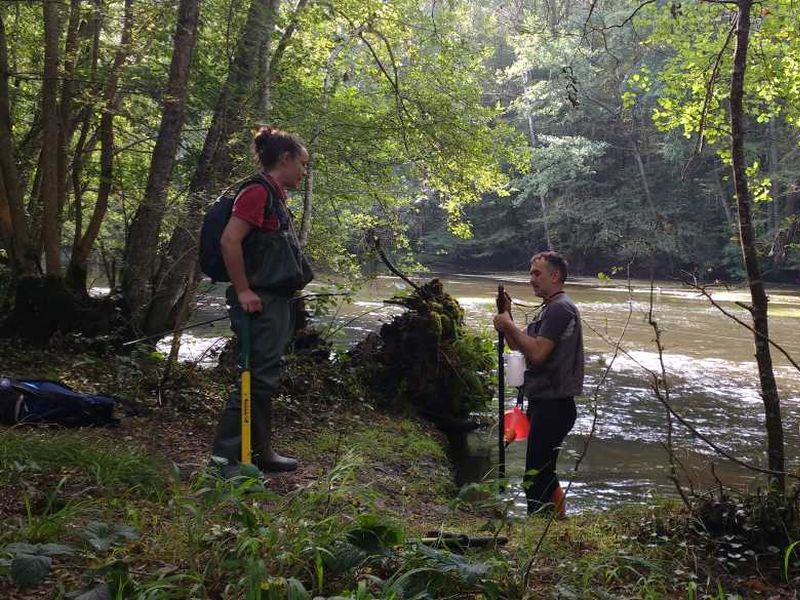 Données sédimentaires : Anaïs et Loïc se préparent à réaliser un relevé selon le protocle Datry sur la Cure dans l'Yonne