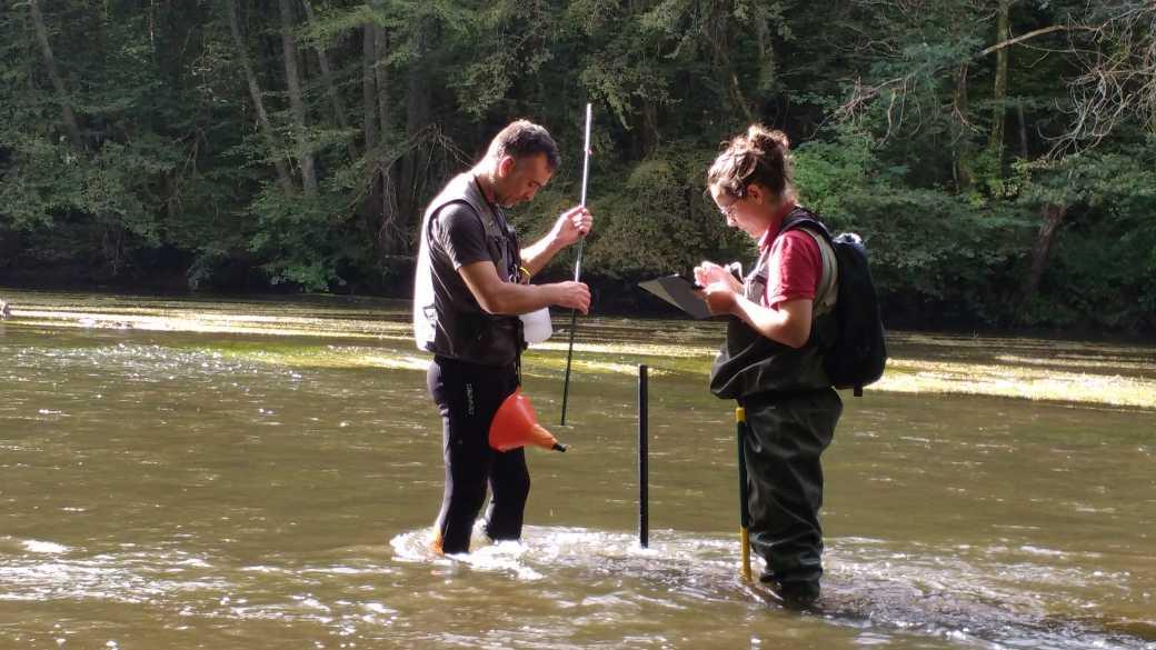 Données sédimentaires : Anaïs et Loïc réalisent un relevé selon le protocle Datry sur la Cure, dans l'Yonne