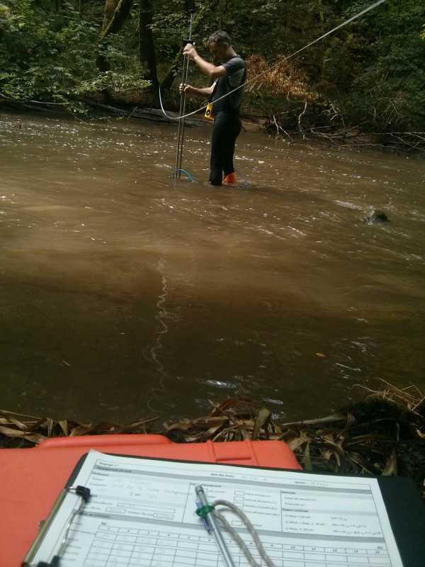 Données sédimentaires : vue sur l'amont de la rivière et Loïc réalisant un jaugeage grâce au courantomètre Hydreka BFM801