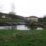LOUE : vue sur le barrage et la rivière