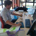 DOUBS et LOUE : Clément encode des PIT RFID insérés dans des sédiments de la rivière