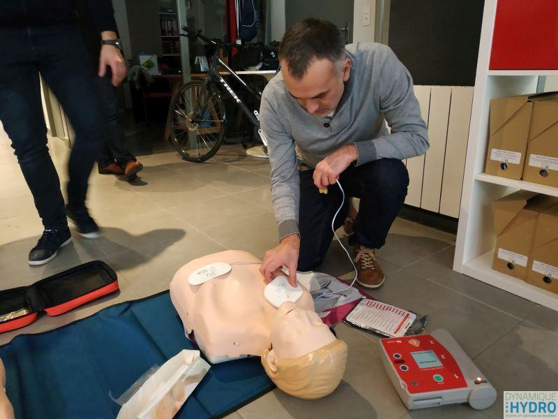 photo d'une mise en situation de massage cardiaque sur mannequin lors de notre formation SST (sauveteur secouriste du travail)