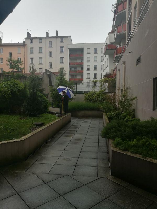 Simon tient le prisme sous la pluie !