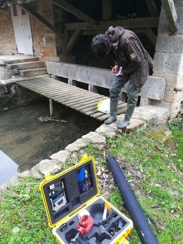Relevés GPS : Benoît réalise des points SPG pour la topographie du barrage