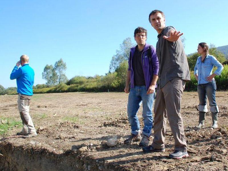 Loïc et Baadïs échangent des renseignements sur le chantier au bord du nouveau chenal
