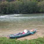 Vue sur notre canoë gonflable deux places sur la rivière Loue