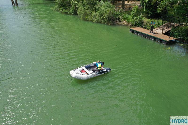 Charles Monneret sur bateau pneumatique sur la Saône à Lyon