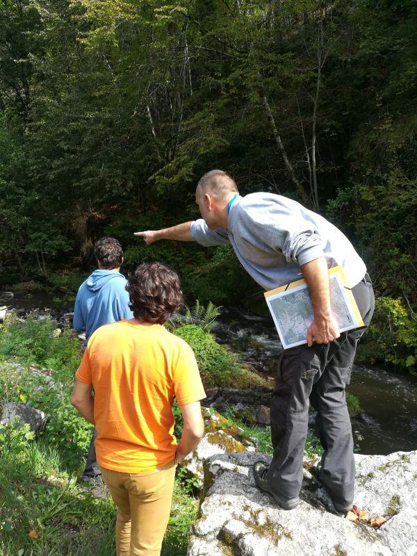 Loïc explique à Benoît et Baadïs les travaux topographiques à réaliser