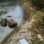 Vue sur un carnet de note devant la rivière Suran dans l'Ain
