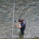 Benoît réalise un jaugeage avec notre courantomètre (Hydreka - BFM801) sur la rivière Suran au niveau de Pont-d'Ain