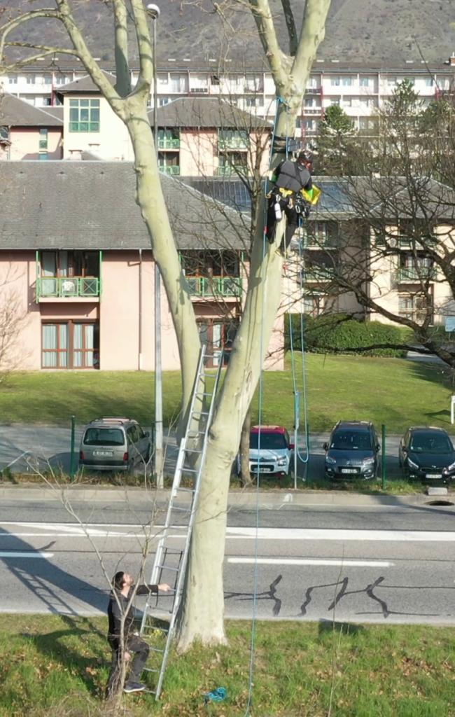 Travail en hauteur pour vérifier et repositionner les caméras en vue de la réalisation d'un timelapse des bancs de l'Isère pour EDF