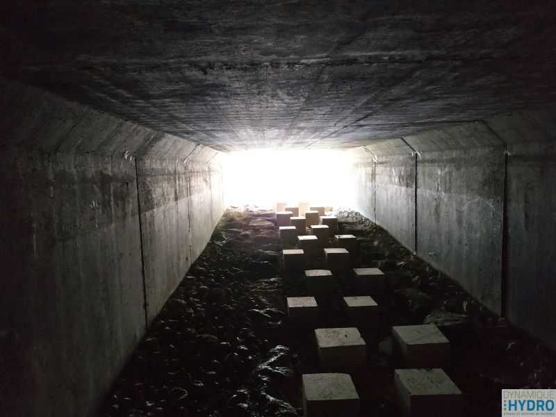 rampe rugueuse à l'intérieur d'un pont cadre Dalot dans le but de restaurer la continuité écologique de la rivière Vau