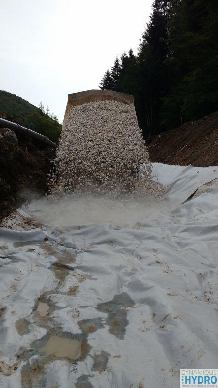 Dépose de la couche de graviers - chantier de restauration écologique du Vau
